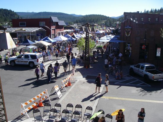 The Truckee Hotel: Summer on Thrusday nights in Truckee from the Hotel balcony