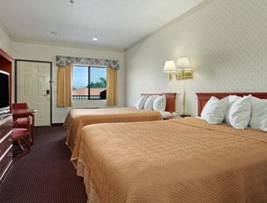 Lynwood, CA: 2 Queen Bed Room