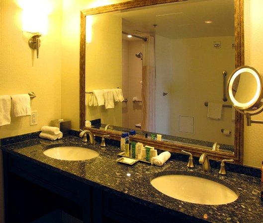 Capital Hilton: Bathroom