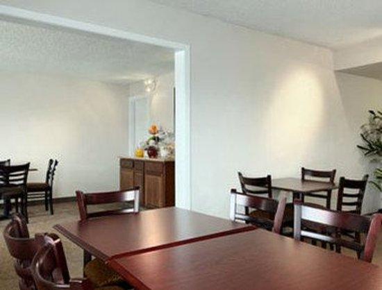 Baymont Inn & Suites Reno : Breakfast Area