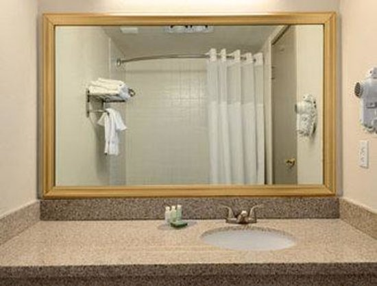 Baymont Inn & Suites Reno : Bathroom