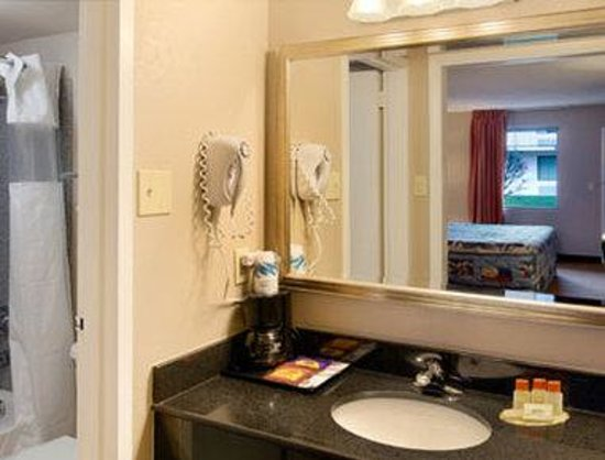 Days Inn & Suites Lancaster : Bathroom