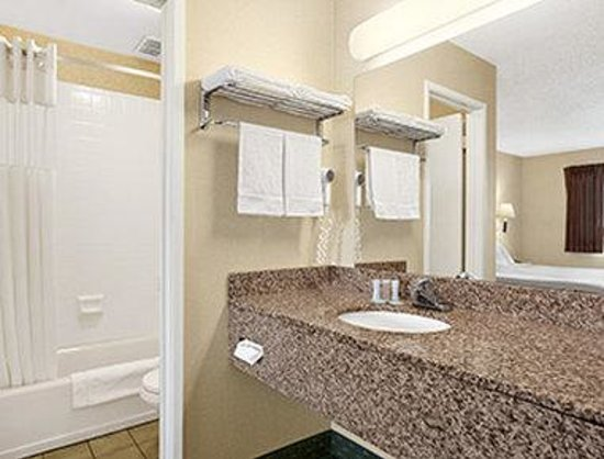 Travelodge by the Bay : Bathroom