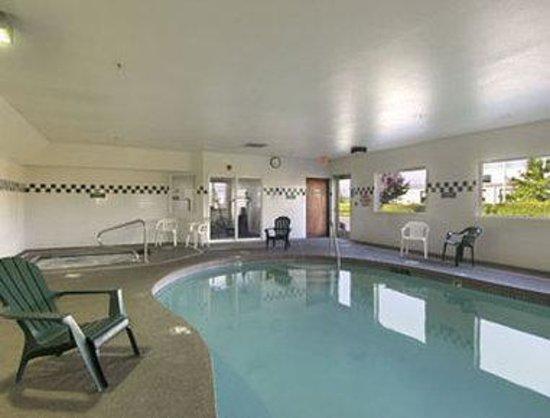 Newberg Travelodge Suites: Pool
