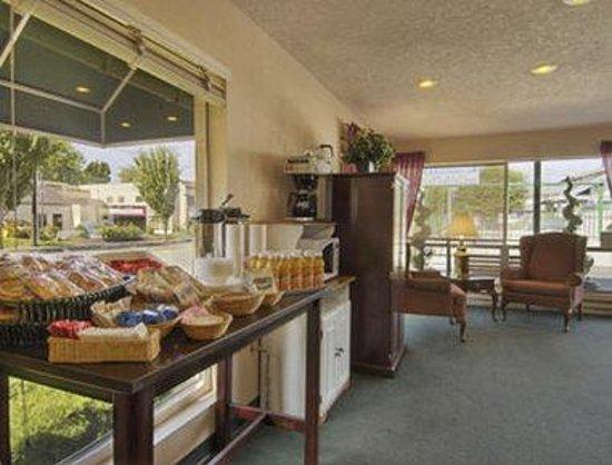 Knights Inn Salem: Breakfast Area