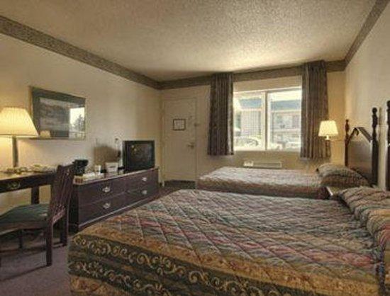 Knights Inn Salem : Standard Two Queen Beds