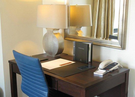 Capital Hilton: Work Area Desk