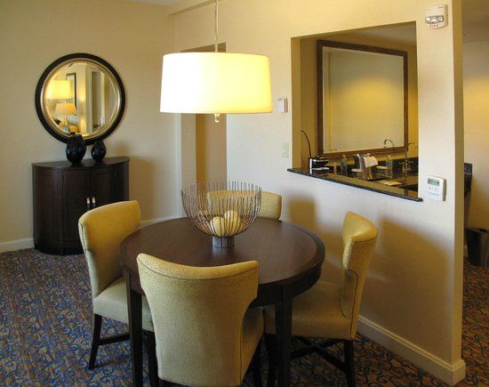 Capital Hilton: Dining Room w/ Kitchenette