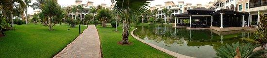 Gran Melia Palacio de Isora Resort & Spa: grounds by buffet restaurant