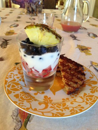 Captain Visger House: Fresh berries & yogurt