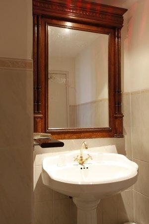 Les Armoiries : De Luxe Bathroom