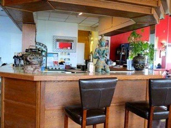Budget Host Airport Inn: Bar