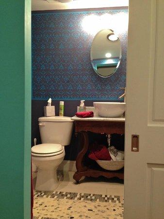 Alpenhof Bed and Breakfast: Sliding door to the bathroom in Otto's Room