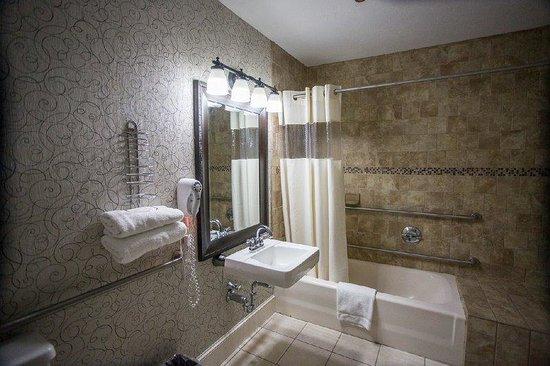 Colonial Hotel: Guest Bathroom