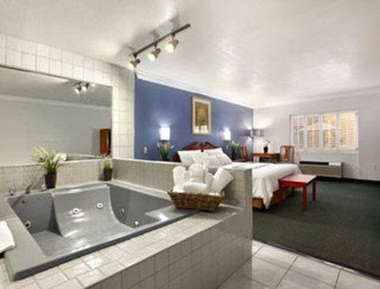 Days Inn Of West Covina Spa Suite With King Bed