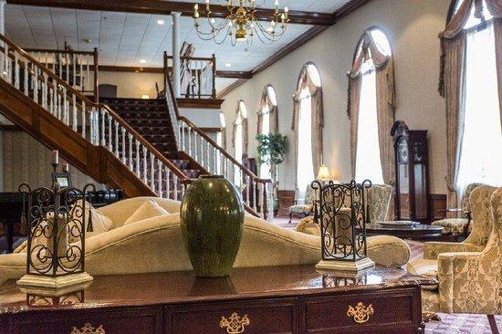 Colonial Hotel: Lobby