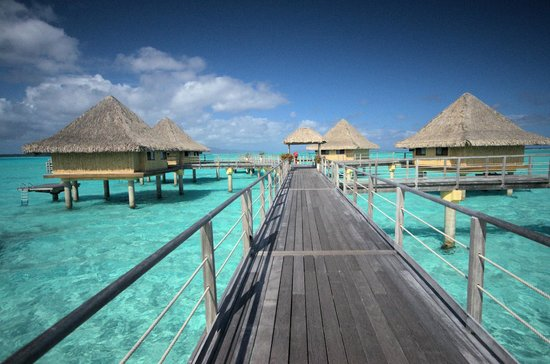 InterContinental Bora Bora Le Moana Resort: Walkway to Bungalows