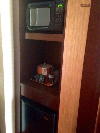 Fairfield Inn & Suites Atlanta Gwinnett Place : Fridge, microwave, coffee maker