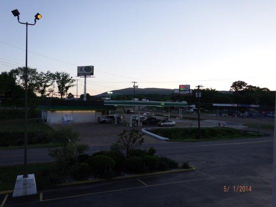 Americas Best Value Inn & Suites/Lookout Mountain West: gas station across front entrance