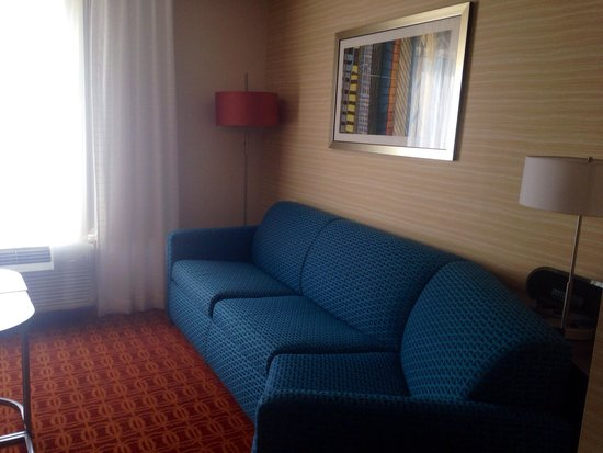 Fairfield Inn & Suites Atlanta Gwinnett Place : Couch in king suite