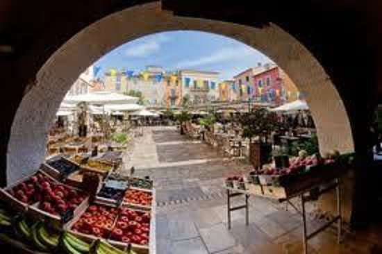 Les Armoiries : Market day every friday