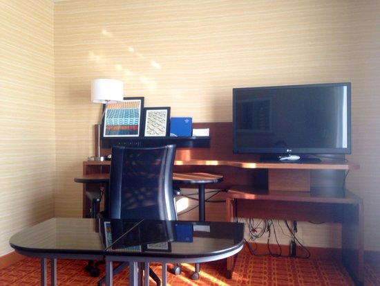 Fairfield Inn & Suites Atlanta Gwinnett Place : Table, desk, extra tv. Several outlets and ports for all of your electronics