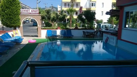 Cennet Apartments: lovely clean poolside