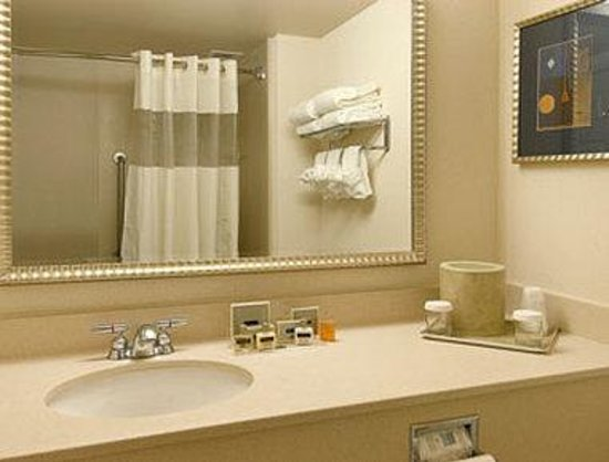 Wingate by Wyndham Bridgeport: Bathroom