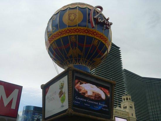 Paris Las Vegas : Viw from the road side