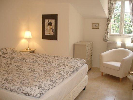 Les Armoiries: Apartment master bedroom