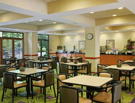 Wingate By Wyndham Charlotte Airport I-85 / I-485 : Breakfast Area