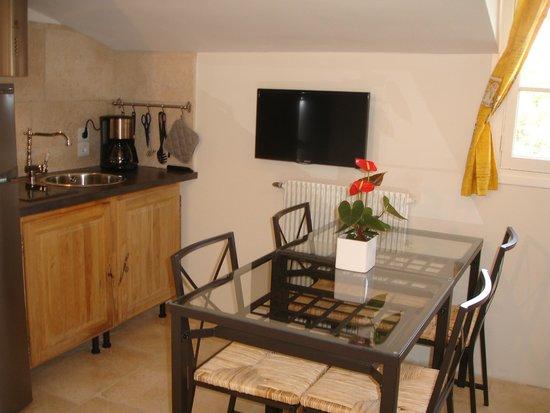 Les Armoiries: Apartment kitchen