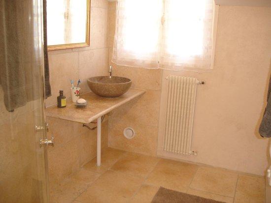 Les Armoiries: Apartment bathroom