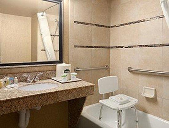 Wingate by Wyndham Little Rock: ADA Bathroom