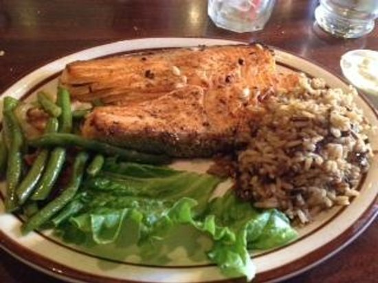 Louie's Steak & Seafood: Perfectly seasoned and cook salmon. Delicioius!