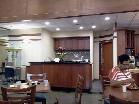 Drury Inn & Suites Birmingham Southwest: Bar for dinner drinks at night and muffins and doughnuts for breakfast