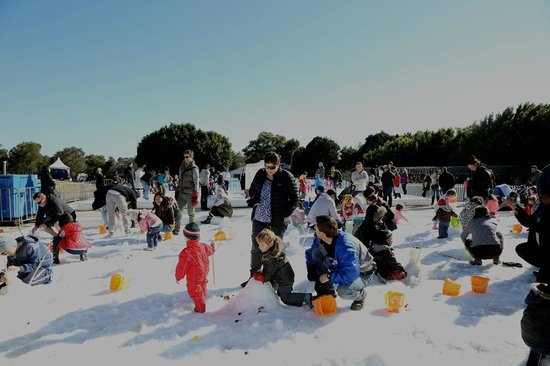 Hunter Valley Gardens: Families enjoying Snow time