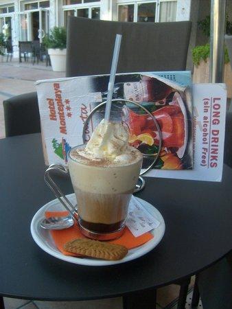 Sumus Hotel Monteplaya : Чашечка кофе в баре.