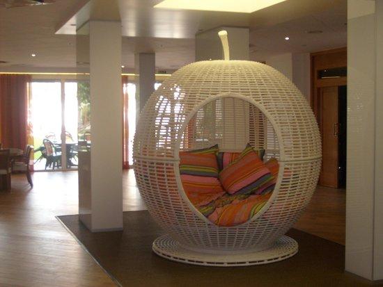 Sumus Hotel Monteplaya : Оригинальная зона отдыха в холле.