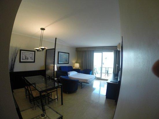 Mediterraneo Sitges Hotel & Apartments: Vardagsrum / sovrum
