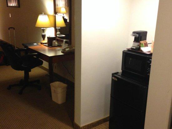 Mikado Hotel: Microwave, Fridge, Chair & Desk