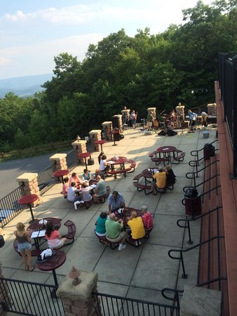 Roadies Restaurant and Bar : Patio party