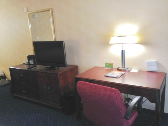 Courtyard Greenville-Spartanburg Airport: Flat screen tv and desk