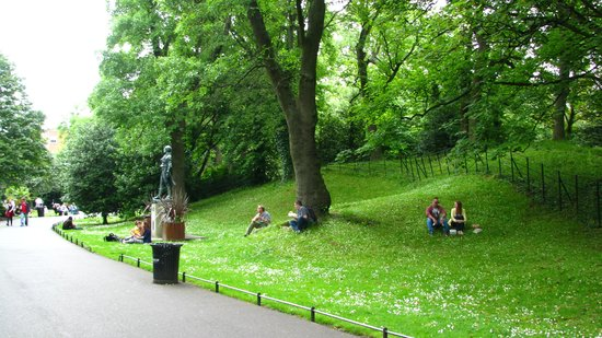 Parque St Stephen's Green: Couples picnicing at St. Stephen's