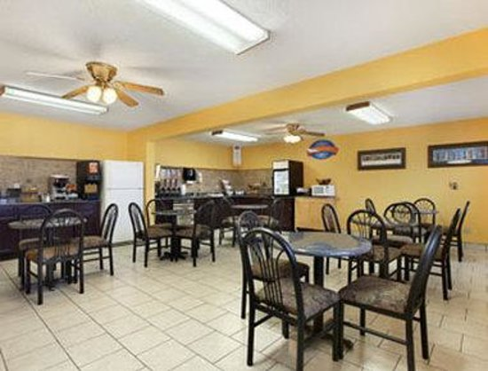 Baymont Inn & Suites Dubuque: Breakfast Area
