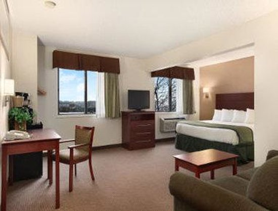 Baymont Inn & Suites Dubuque: 1 King Deluxe Room