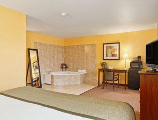 Baymont Inn & Suites Dubuque: 1 King Hot Tub