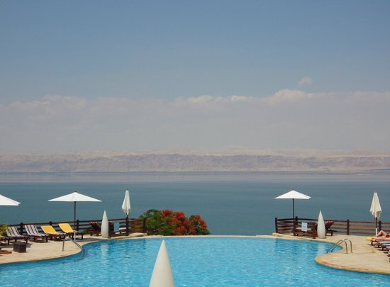 Jordan Valley Marriott Resort & Spa: Dead Sea across the pool