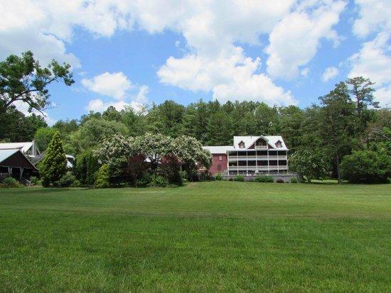 Glen-Ella Springs Inn: Back of the inn from across the meadow