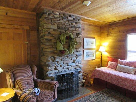 Glen-Ella Springs Inn: 3 room Suite - bedroom has fireplace